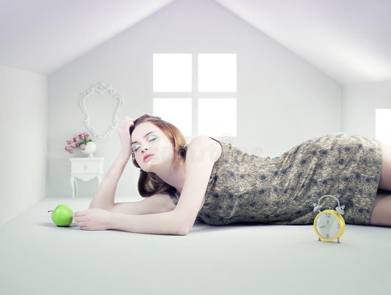 Kvinna i det vita leksakhuset royaltyfri bild