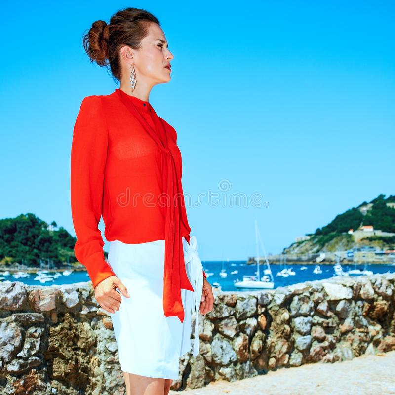 Kvinna i Donostia; San Sebastian Spanien som ser in i avstånd royaltyfria foton