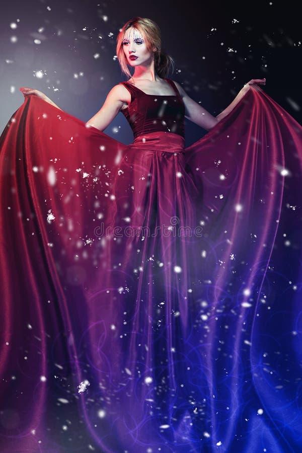 Kvinna i elegant röd klänning   royaltyfri foto