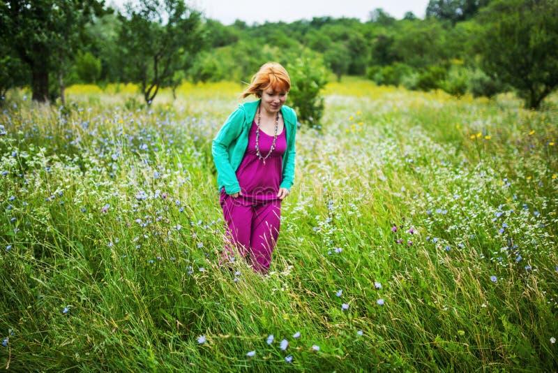 Kvinna i en äng fotografering för bildbyråer