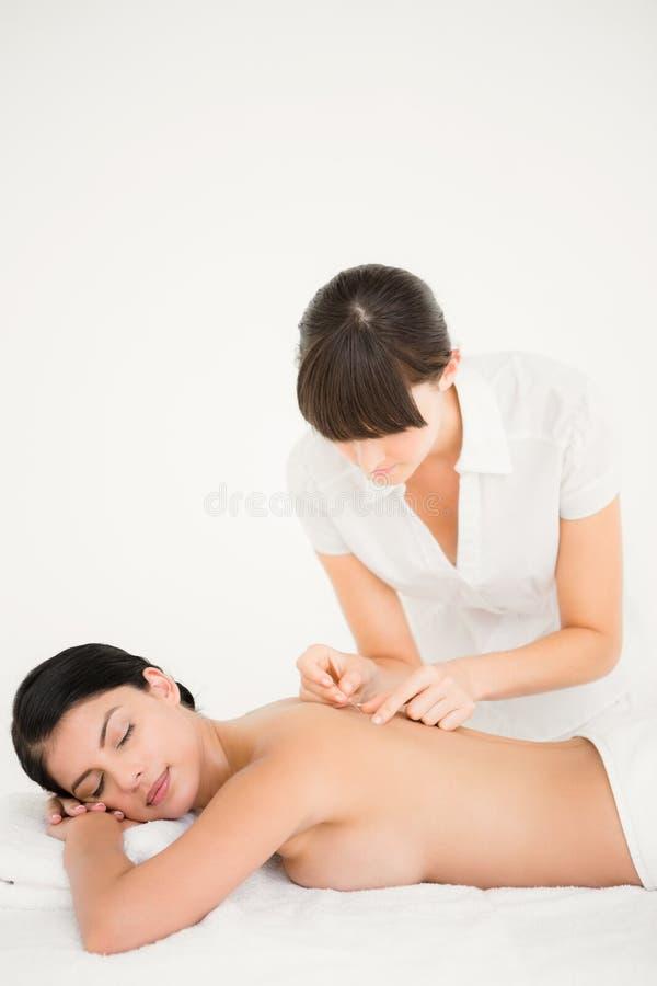 Kvinna i en akupunkturterapi arkivbilder