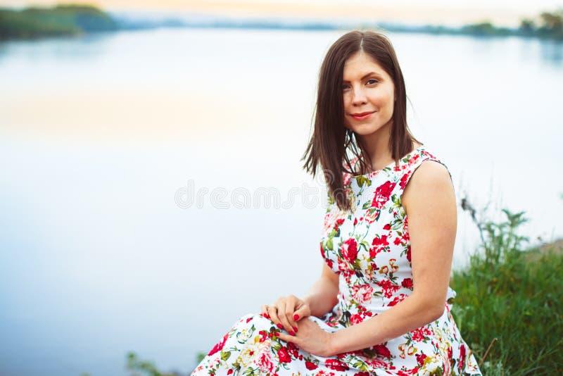 Kvinna i en flodklänning arkivbild
