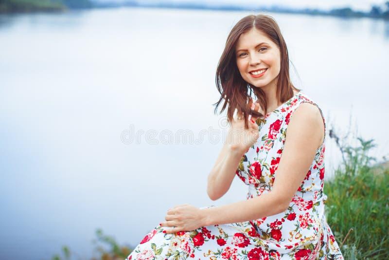 Kvinna i en flodklänning fotografering för bildbyråer