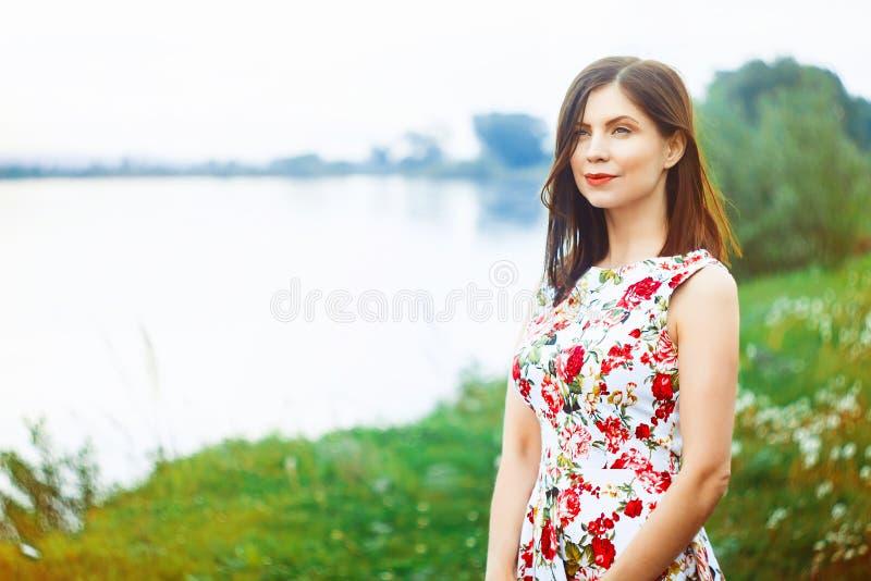 Kvinna i en flodklänning royaltyfria bilder