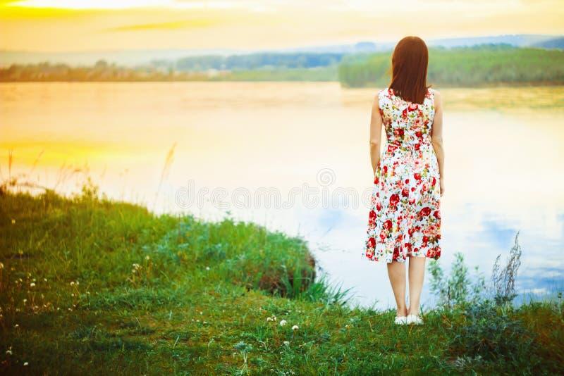 Kvinna i en flodklänning arkivbilder