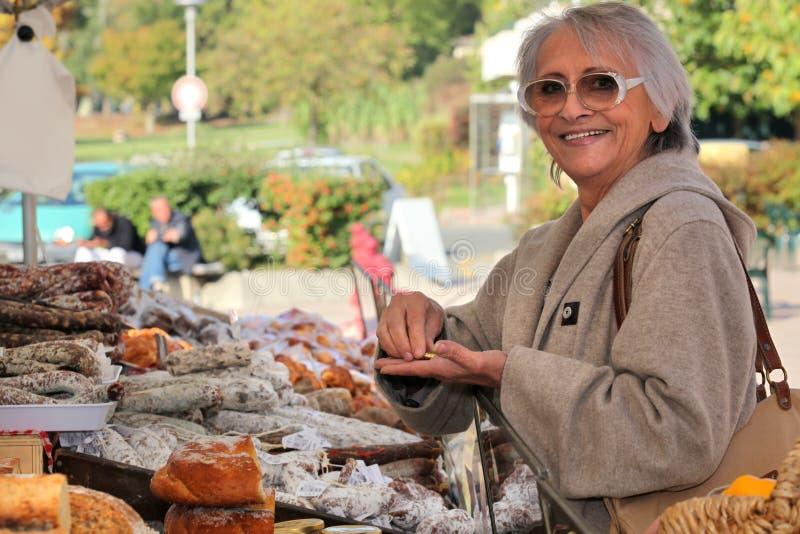 Kvinna i en frilufts- marknad royaltyfri bild