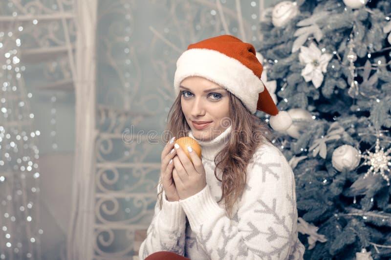 Kvinna i en hållande tangerin för varm tröja arkivbild