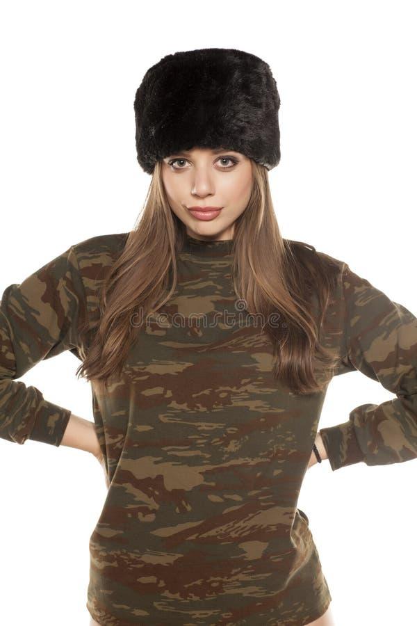 Kvinna i en kamouflageblus royaltyfria bilder