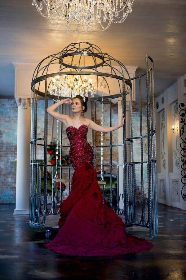 Kvinna i en klänning royaltyfri fotografi