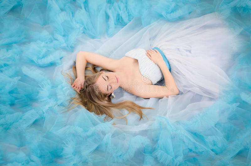 Kvinna i en lång blåttklänning royaltyfria bilder