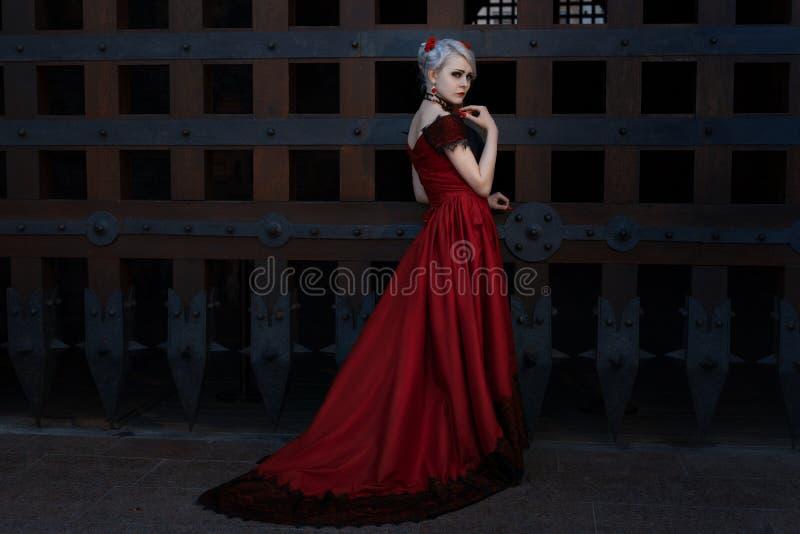 Kvinna i en lång röd klänning royaltyfria bilder