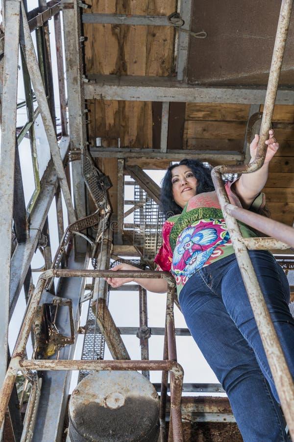 Kvinna i en mångfärgad blus och jeans fotografering för bildbyråer