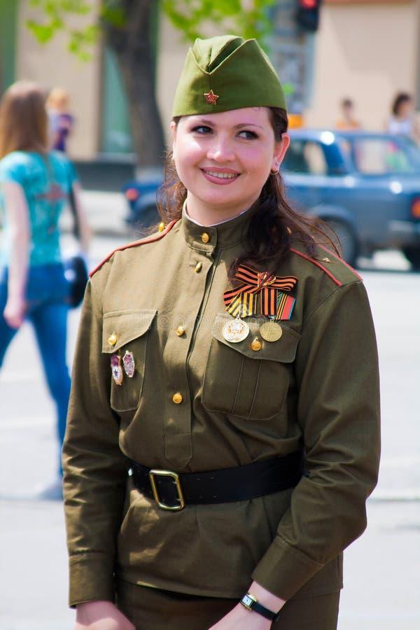 Kvinna i en militär likformig på Victory Day beröm i Volgograd arkivbilder