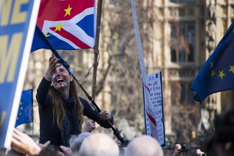 Kvinna i en pro-Europa marsch royaltyfri foto