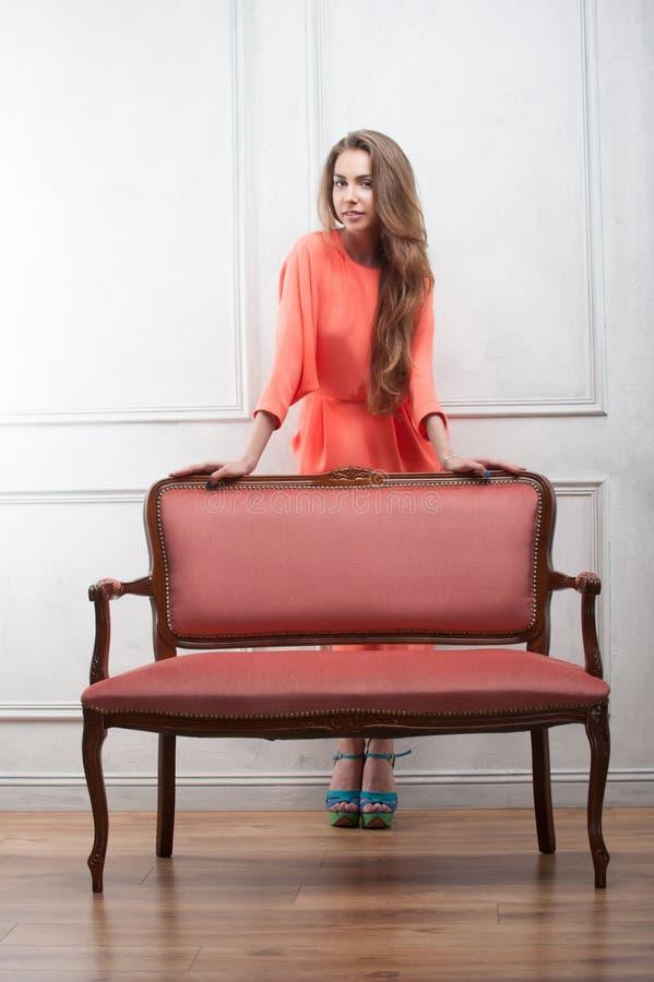 Kvinna i en rosa klänning royaltyfria foton