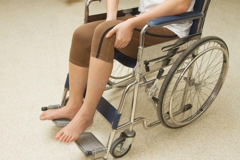 Kvinna i en rullstol arkivbilder