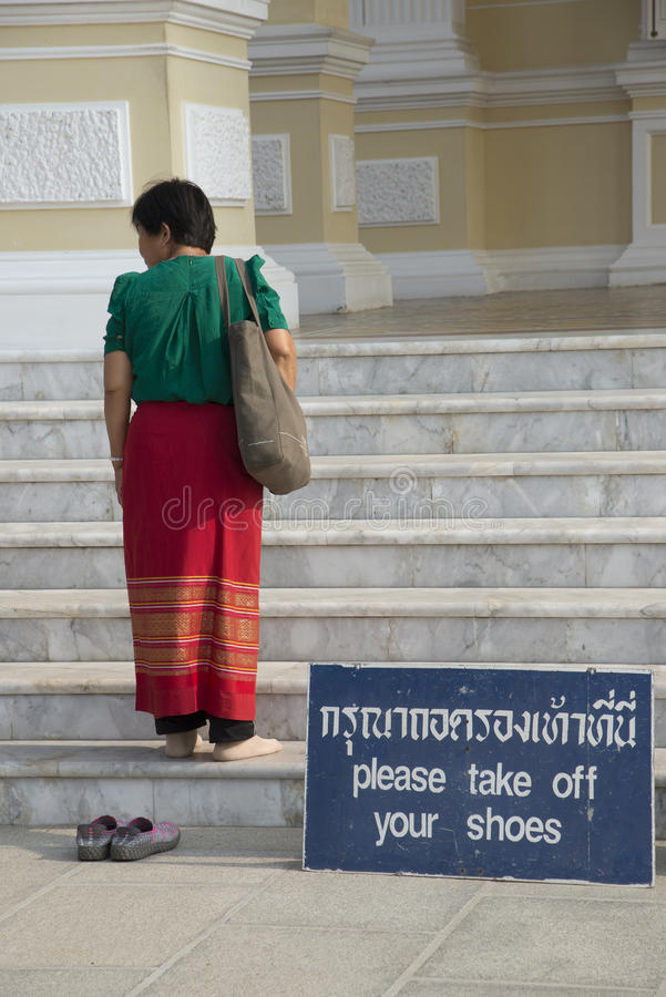Kvinna i en sarong med inga skor arkivfoto