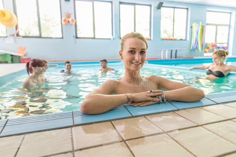 Kvinna i en simbassäng royaltyfri foto