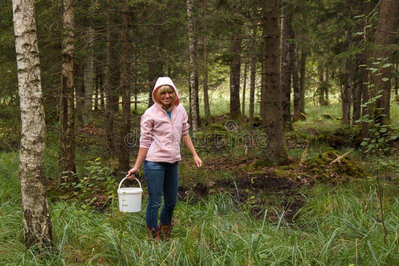 Kvinna i en skog fotografering för bildbyråer