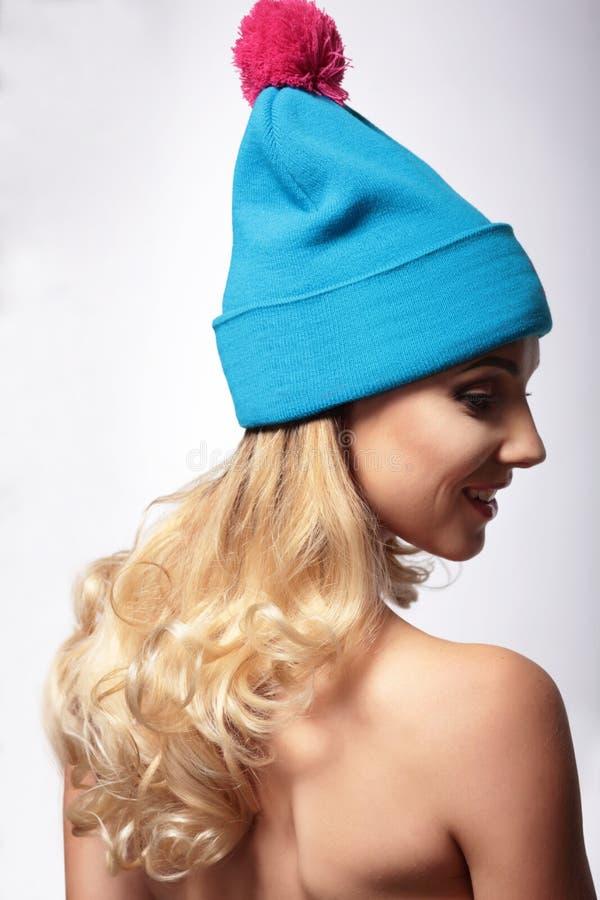 Kvinna i en stucken hatt royaltyfri bild