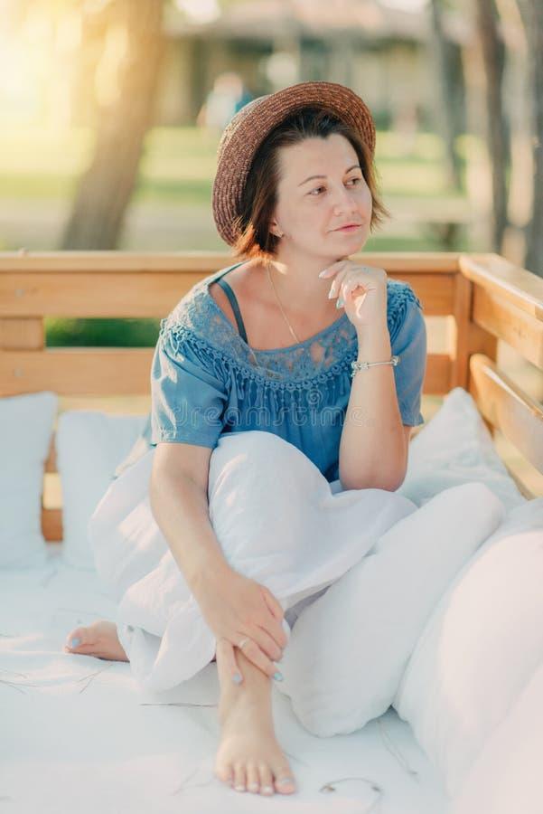 Kvinna i en sugrörhatt arkivfoto