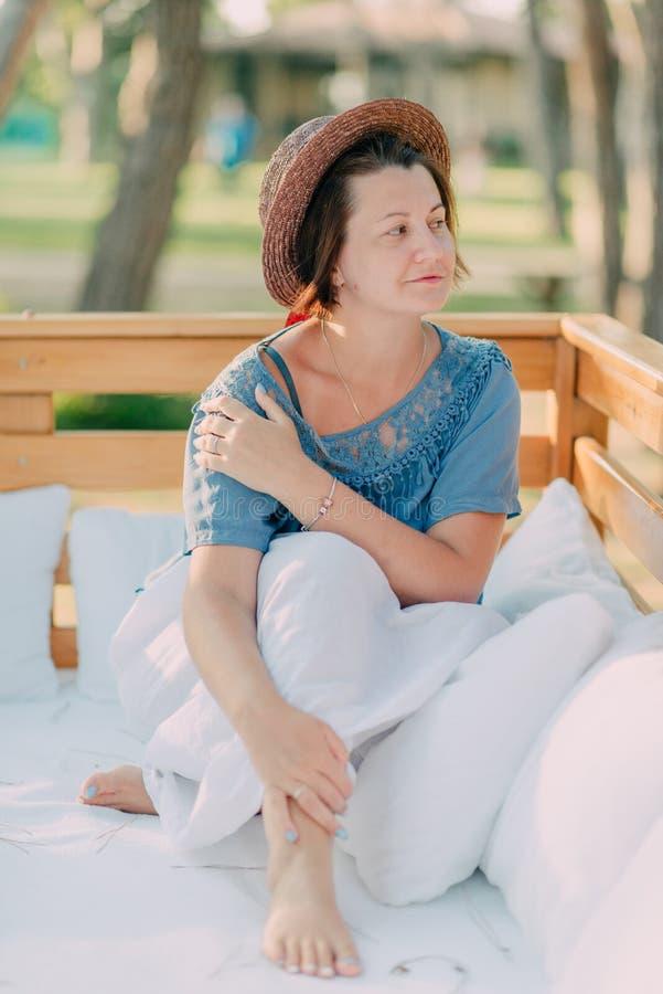 Kvinna i en sugrörhatt arkivbilder