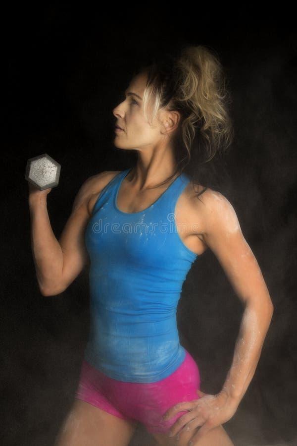 Kvinna i en vit mist i pulverform med viktblick till sidan fotografering för bildbyråer