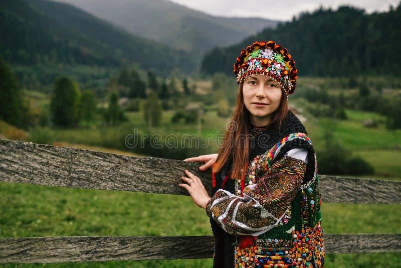 Kvinna i etnisk och traditionell ukrainsk kläder arkivbild