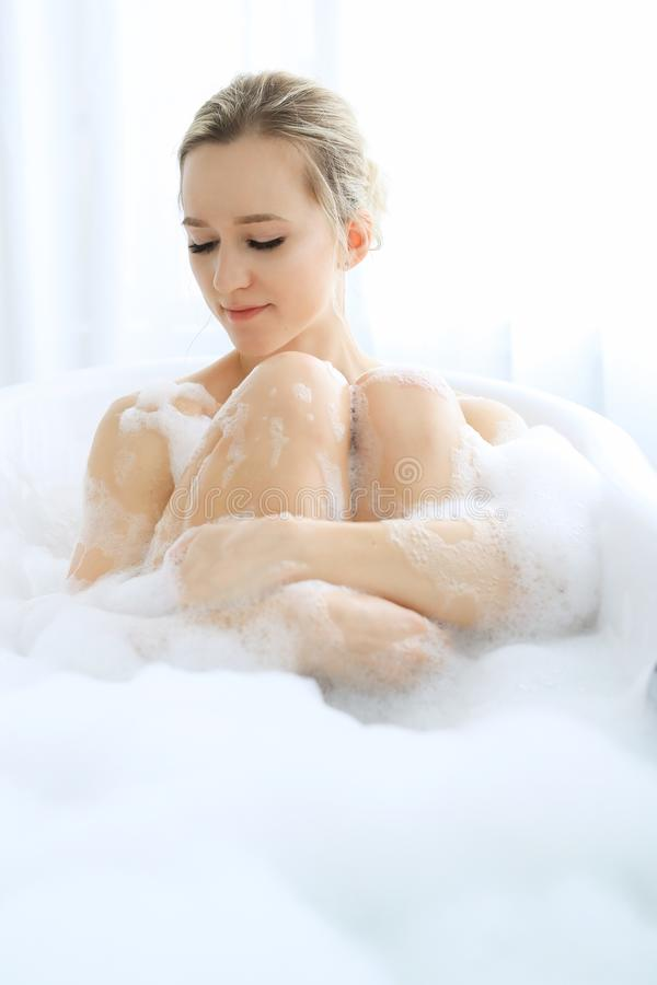Kvinna i ett badkar arkivfoton