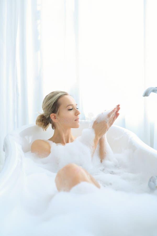 Kvinna i ett badkar fotografering för bildbyråer