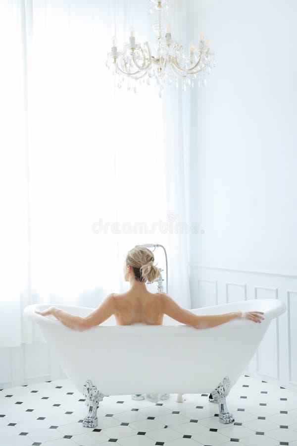 Kvinna i ett badkar royaltyfria bilder