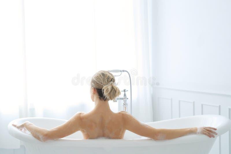 Kvinna i ett badkar royaltyfria foton