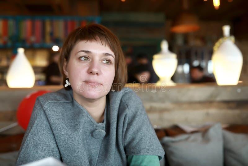 Kvinna i ett kafé arkivbild