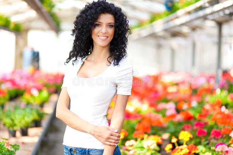 Kvinna i ett växthus arkivfoto
