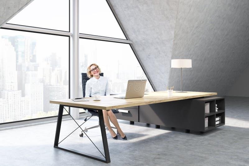 Kvinna i ett vdkontor med det triangulära fönstret royaltyfri foto