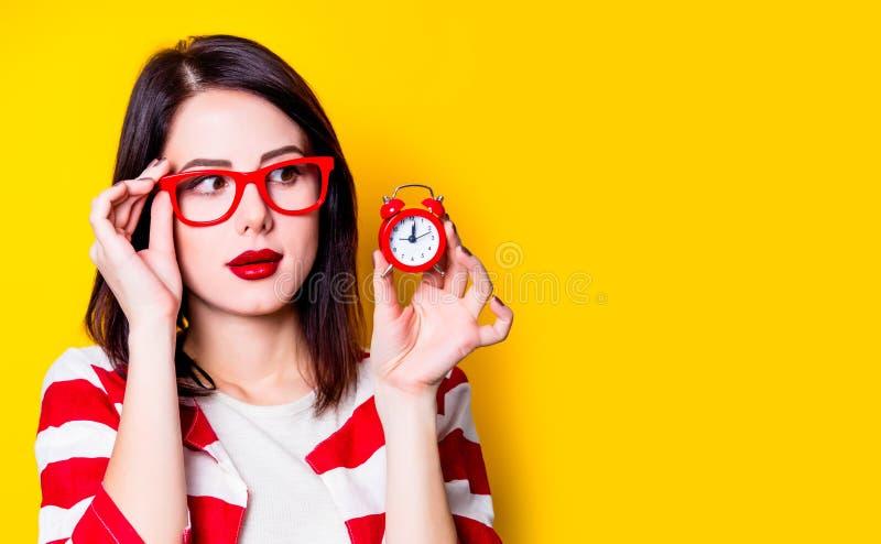 Kvinna i exponeringsglas med den retro ringklockan arkivfoton