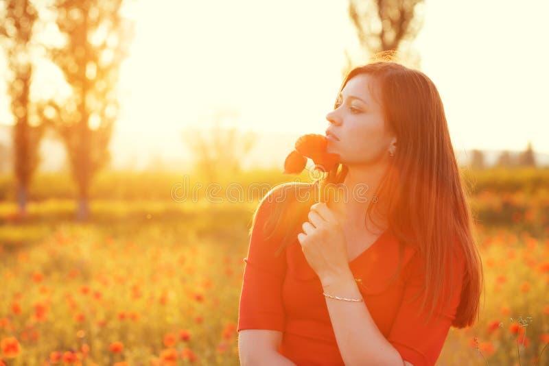 Kvinna i fält i solljus arkivbilder