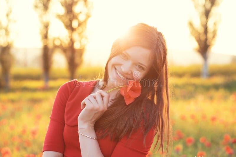 Kvinna i fält i solljus arkivbild