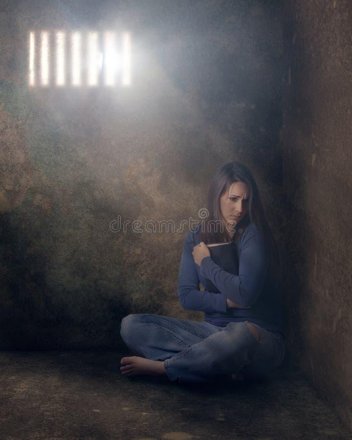 Kvinna i fängelse arkivbild