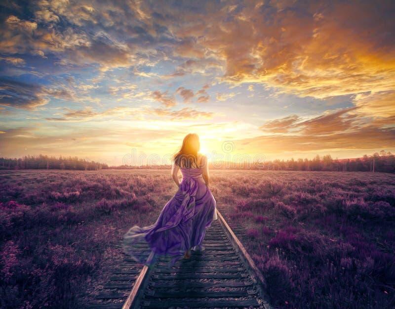 Kvinna i färgrikt gå för klänning royaltyfria bilder