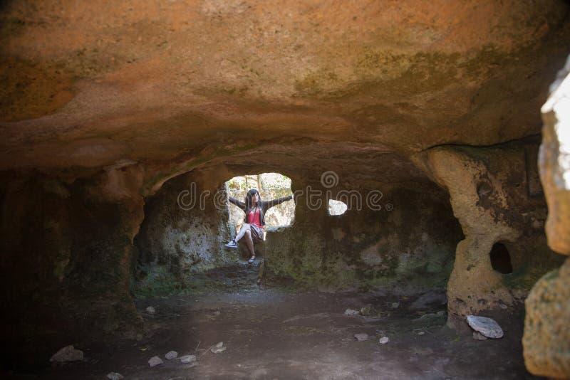 Kvinna i förhistorisk grotta royaltyfri fotografi