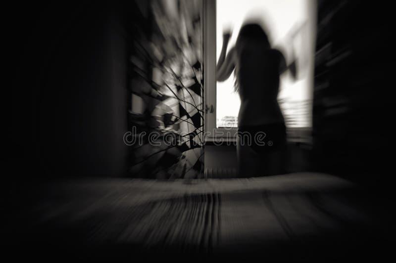 Kvinna i förtvivlanrörelsesuddighet arkivfoton