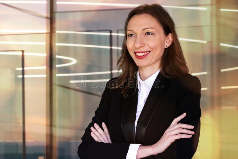 Kvinna i finansaffär som välkomnar gäster till ett möte royaltyfria foton
