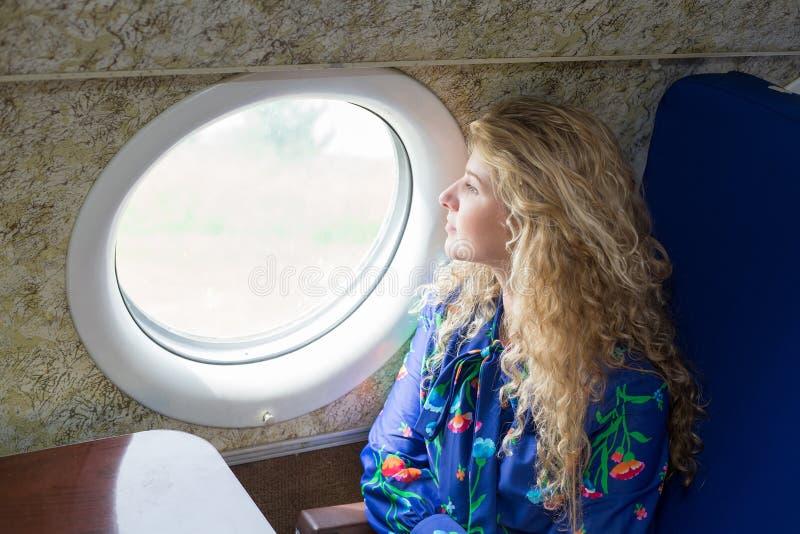 Kvinna i flygplan royaltyfri fotografi