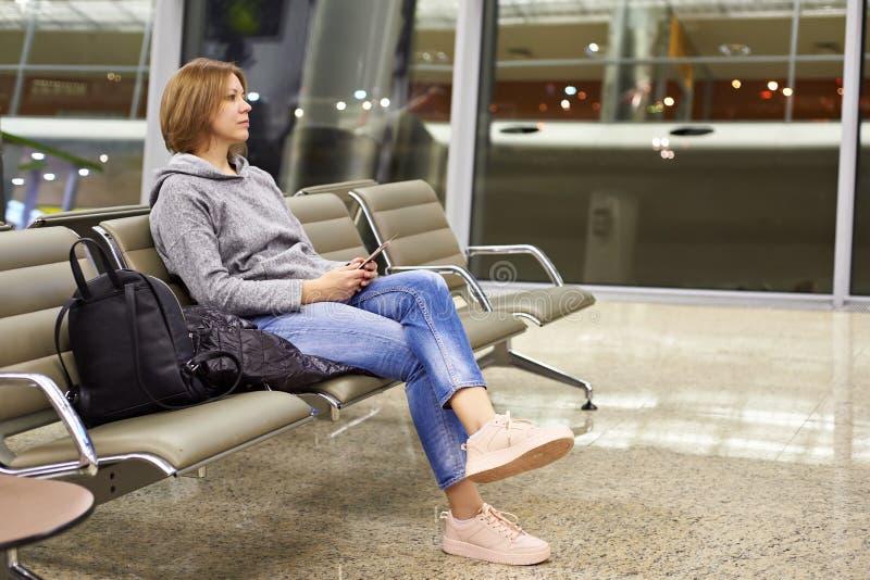 Kvinna i flygplats royaltyfri bild