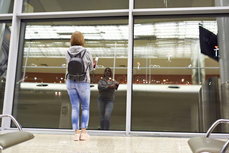 Kvinna i flygplats arkivfoto