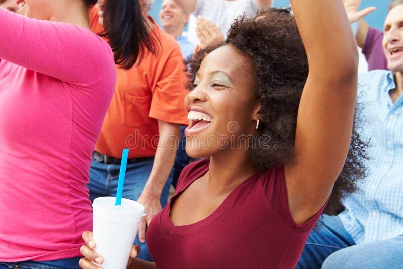 Kvinna i folkmassan som firar på sporthändelsen royaltyfri fotografi