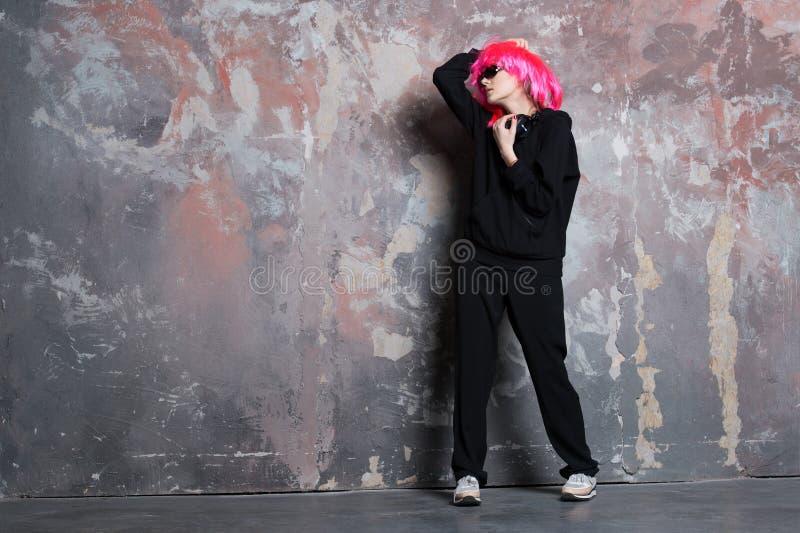 Kvinna i full längd för rosa för perukhårkläder dräkt för sport royaltyfri foto