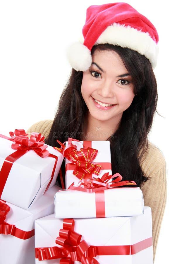 Kvinna i gåvor för jul för Santa hatt hållande arkivbild