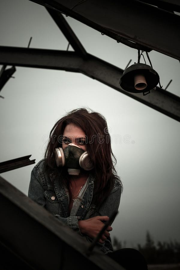 Kvinna i gasmasken arkivfoton